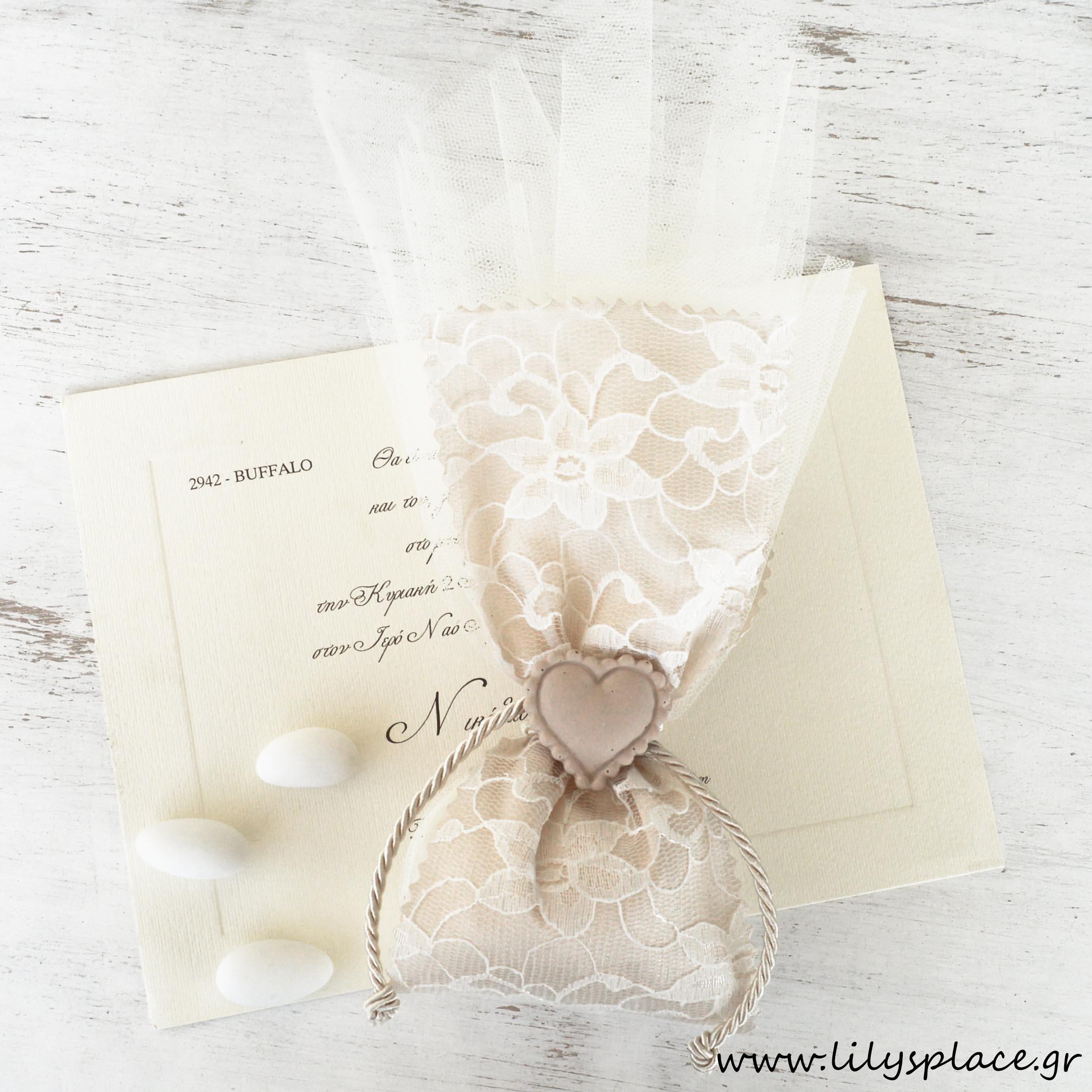 Μπομπονιέρα γάμου με διακοσμητική καρδούλα